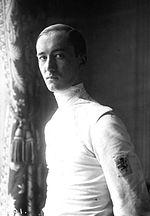 O Aldo Nadi που θεωρείτε ο μεγαλύτερος ξιφομάχος όλων των εποχών, ο οποίος κατάφερε να κατακτήσει το 1920  σε ηλικία μόλις 21 χρονών 3 χρυσά μετάλλια στα ομαδικά του ξίφους άσκησης, του ξίφους μονομαχίας και της σπάθης, καθώς και το ασημένιο στο ατομικό σπάθης