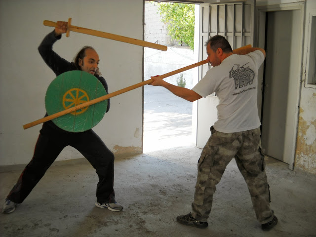 Μάθημα οπλομαχίας ανάμεσα σε μαχητή που φέρει μικρή ασπίδα και Βυζαντινού σπαθιού τύπου 'σπαθίον' ενάντια σε λογχοφόρο. Ο εξοπλισμός είναι μια ευγενική χορηγία του Συλλόγου Ιστορικών Μελετών 'ΚΟΡΥΒΑΝΤΕΣ'.
