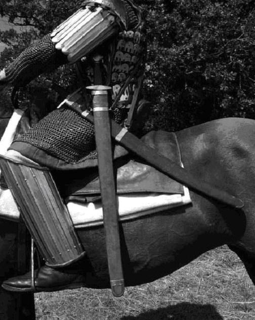 Εικόνα 15. Ο κατάφρακτος φέρει το σπαθιόν το οποίο κρέμεται από τη θήκη κάθετα, ενώ το παραμήριο κρέμεται οριζόντια. Το ζωστίκο σπαθίον κρέμονταν όπως το παραμήριο στη φωτογραφία.