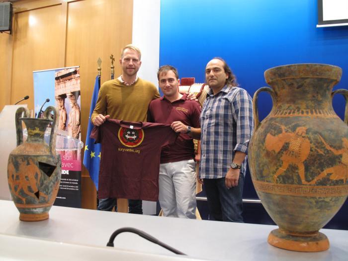 Ο Διευθυντής μάρκετινγκ του 'ΤV5 Monde' για την Ευρώπη κ. Genestine Arnaud, ο κ. Γεώργιος Γκάτσος μέλος των 'Κορυβαντών' και ο κ. Γεώργιος Ε. Γεωργάς εκπαιδευτής ξιφασκίας/ οπλομαχίας των 'Λεόντων'.